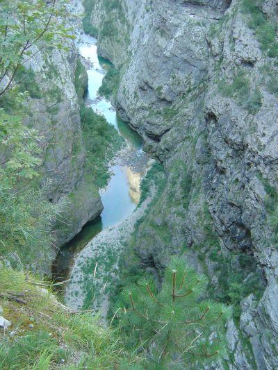 Il torrente Vajont e la sua stretta e profonda gola. Sugli specchi d'acqua piu' grandi si riflettono le cime assolate.