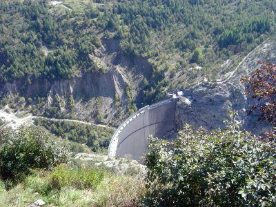 La diga del Vajont, uscendo dal paese di Casso lungo il sentiero detto Troi de Sant Antoni.