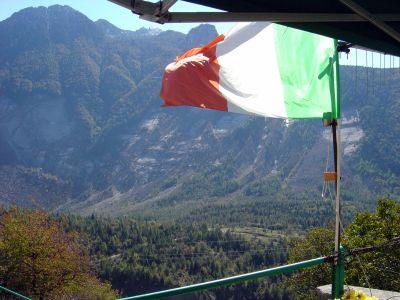 La grande frana del Monte Toc vista dal piccolo abitato di Casso.