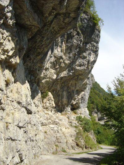 La piccola palestra di roccia, direttamente a strapiombo sulla strada!