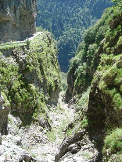 Val dei Corvi. Dopo la breve galleria la strada corre in cengia per un breve tratto.