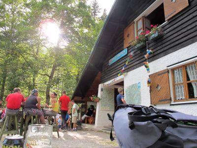 Deviazione per Rifugio Pordenone, dove una birra non si nega a nessuno. Strano mix di camminatori, gitanti della domenica ed eroici arrampicatori.