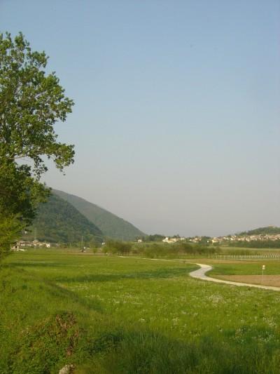 La stradina sterrata che percorre la Valsana tra Cison di Valmarino e Lago. Qui uno scorcio della zona presso Mura.