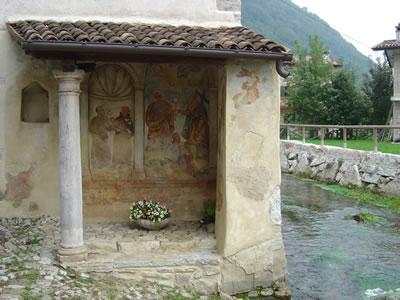 Il tempietto a Mura, lungo il Soligo.