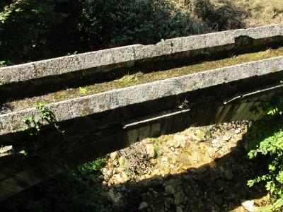 Ed ecco la canaletta artificiale attraversare il torrente Rujo su di un vecchio ponte ad arco.