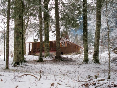 La prima casa in legno preannuncia il villaggio che verrà, un centinaio di metri più avanti.