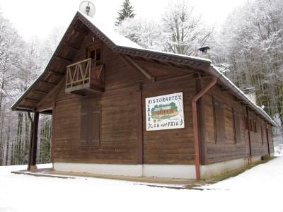 Poco oltre il Villaggio si raggiunge invece la Trattoria La Faya. Una radura nel bosco, a soli 200 metri dal villaggio.