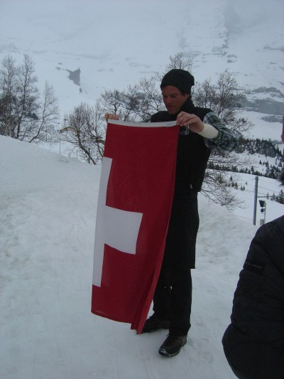 Arriviamo proprio al momento dell'ammaina bandiera. Uno dei compiti più leggeri del nostro amico.