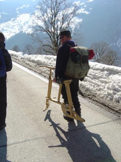Scendendo verso Grindelwald, alcuni tratti si percorrono a piedi, causa scioglimento della neve. Incrociamo un personaggio locale che è appena sceso con una particolare bicicletta-slittino, tipica di Grindelwald.