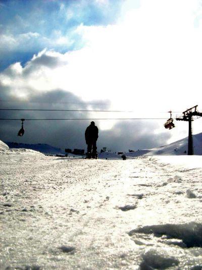Qualche tratto a piedi con slittino al traino, tanto per tenerci in forma. Qui siamo ai piedi della parete Nord dell'Eiger.