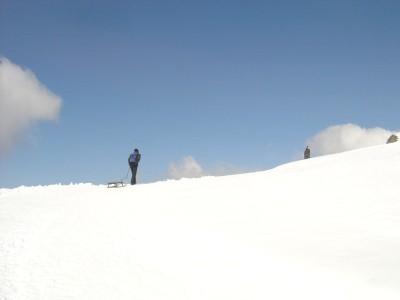Primo giorno, dopo la cabinovia presa a Wengen, si sale a piedi l'ultimo breve tratto fino alla cima adiacente. Da qui ha inizio la prima lunga discesa in slittino, verso il fondovalle, verso Grindelwald.