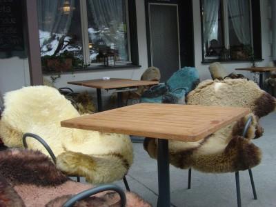 Caratteristiche pelli di pecora utilizzate in inverno come copri sedie.