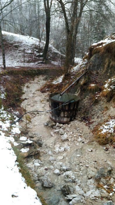 Una grossa botte raccoglie acqua per l'orto della casera. A nord di Andreis.
