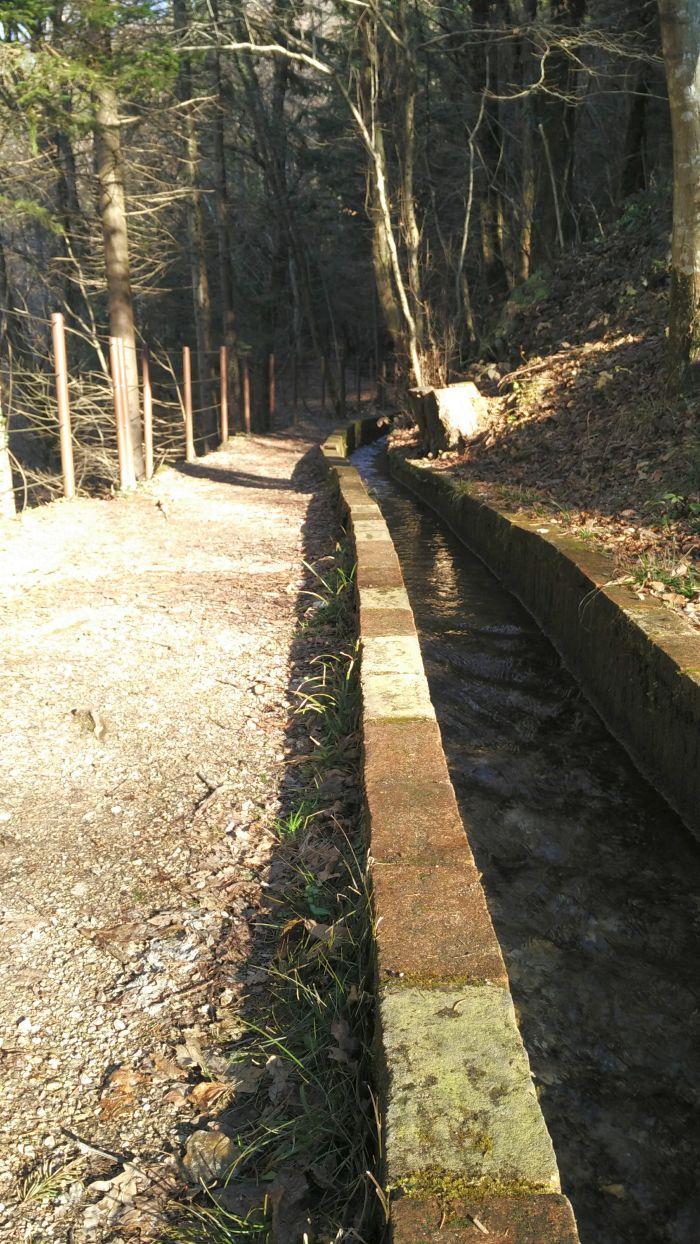 Lungo la Via dei Mulini, seguiamo la canaletta d'acqua che riforniva le attività del borgo.