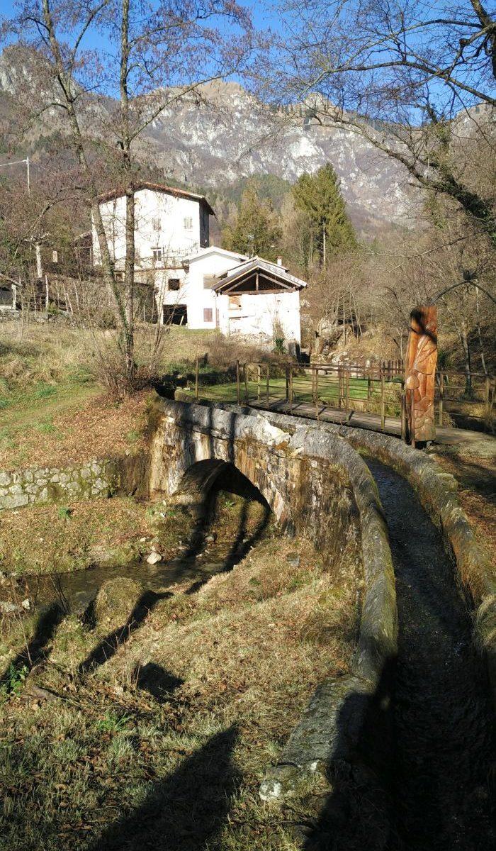 La canaletta d'acqua della Via dei Mulini, nel punto dove il ponte per chi cammina passa affianco al ponte dedicato all'acqua.
