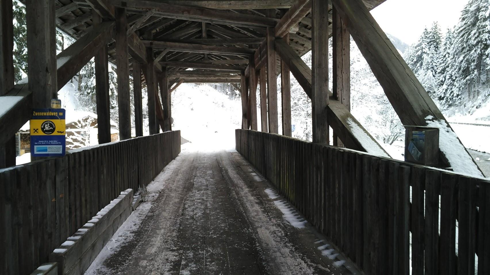 Ha sempre un che di magico attraversare un ponte coperto, come entrare in una nuova dimensione.