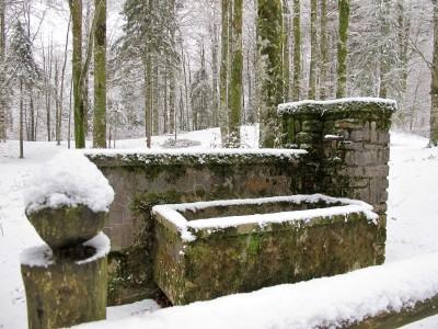 Saliamo al Villaggio Cimbro di Vallorch. Lasciata l'ultima vista sulla piana, s'incrocia questa vecchia fontana.