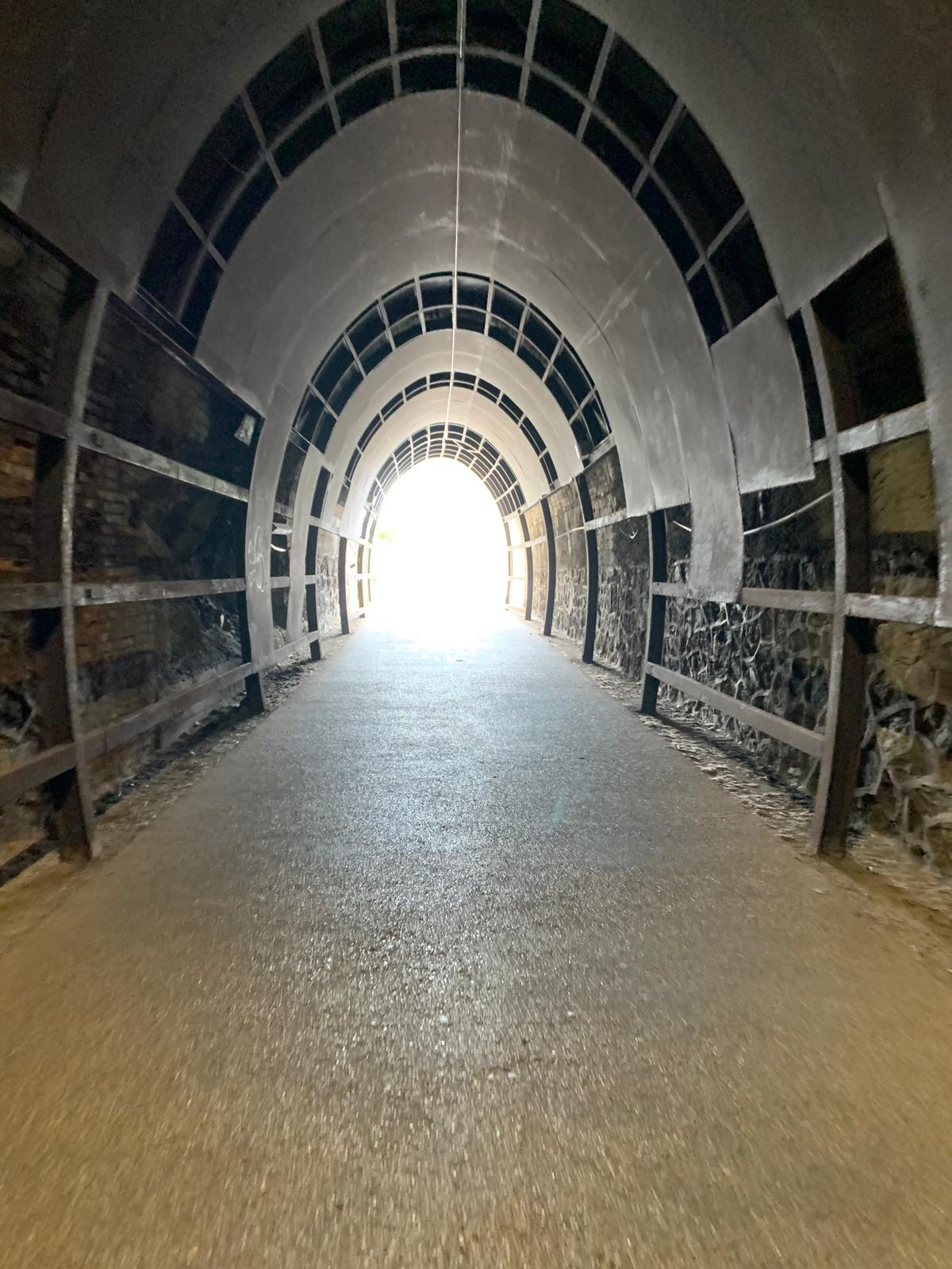 Sulle ciclabili tra Arenzano e Savona tutte le gallerie sono munite di luci e ben tenute. Alcune però hanno anche un tocco da artista.