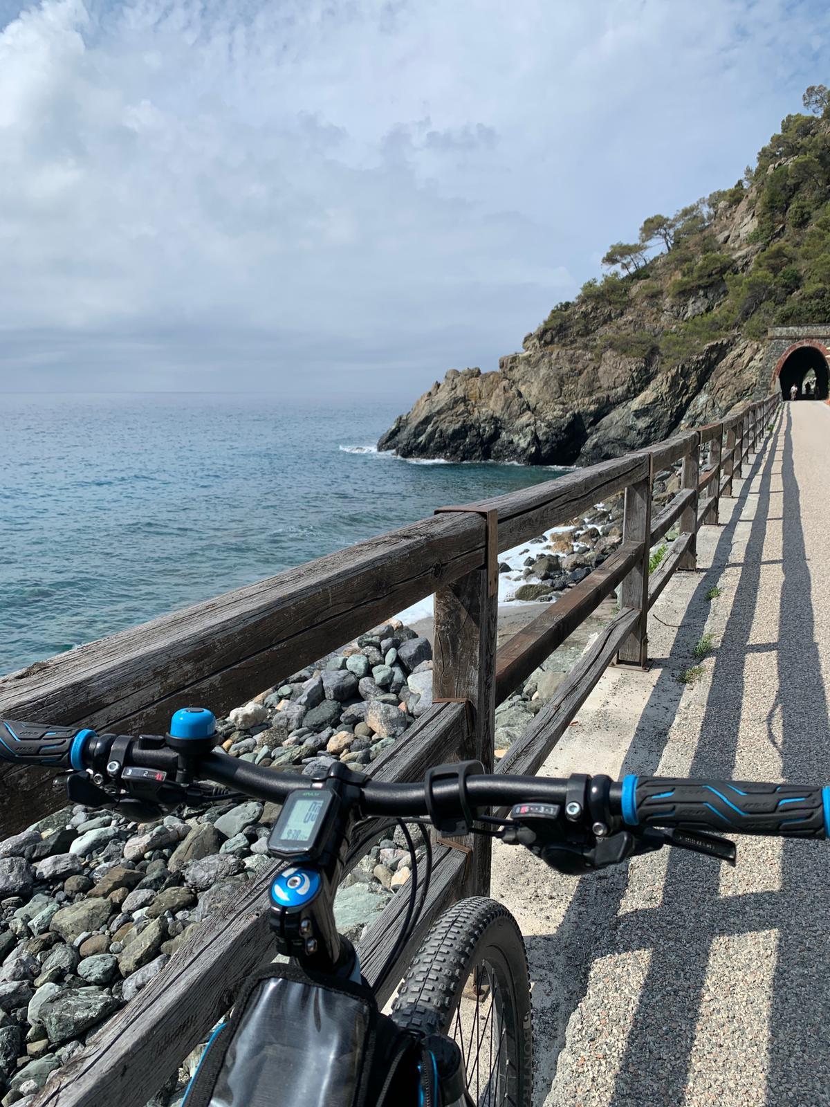 Tipico tratto di ciclabile tra Arenzano e Savona. L'ex ferrovia corre spesso lungo la costa, rivelandone le meraviglie.