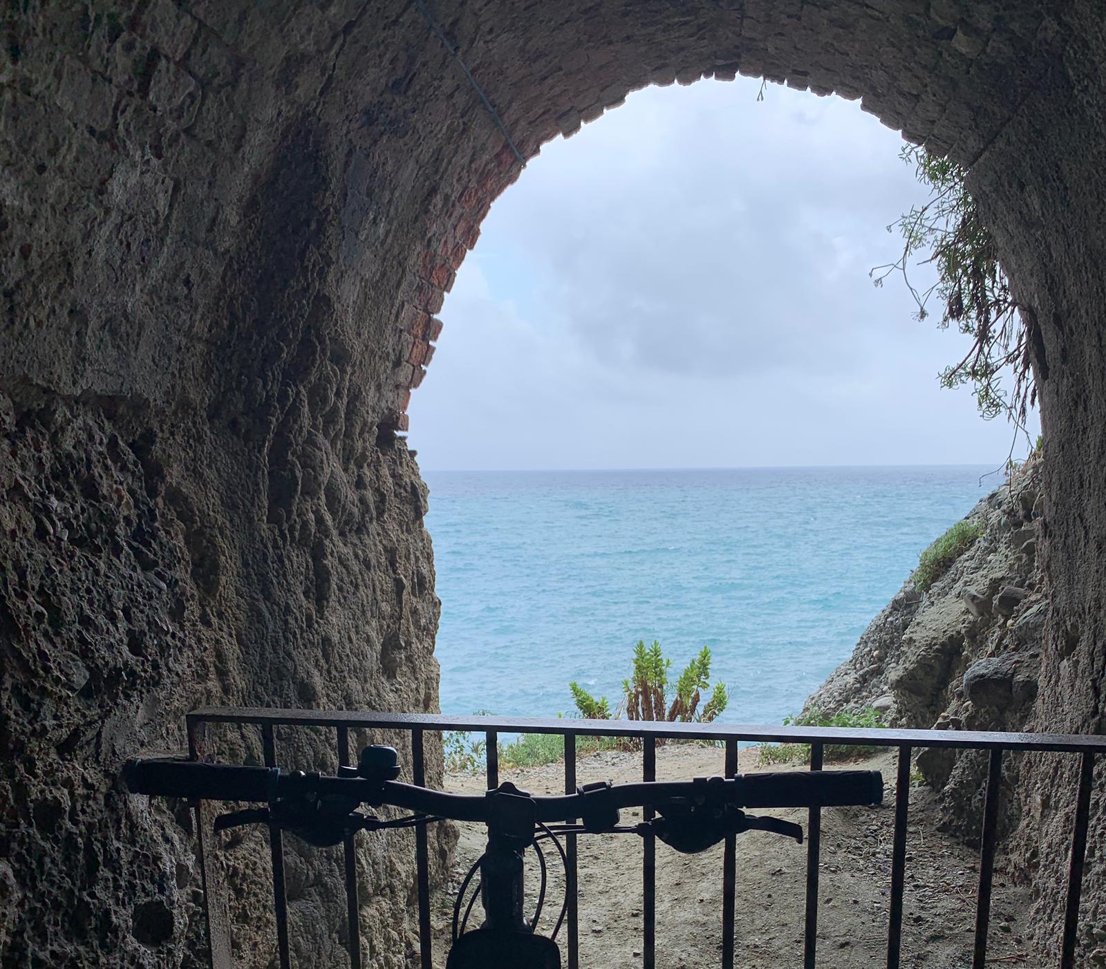 Dove le gallerie si aprono verso il mare, è sempre il caso di fermarsi a dare uno sguardo.