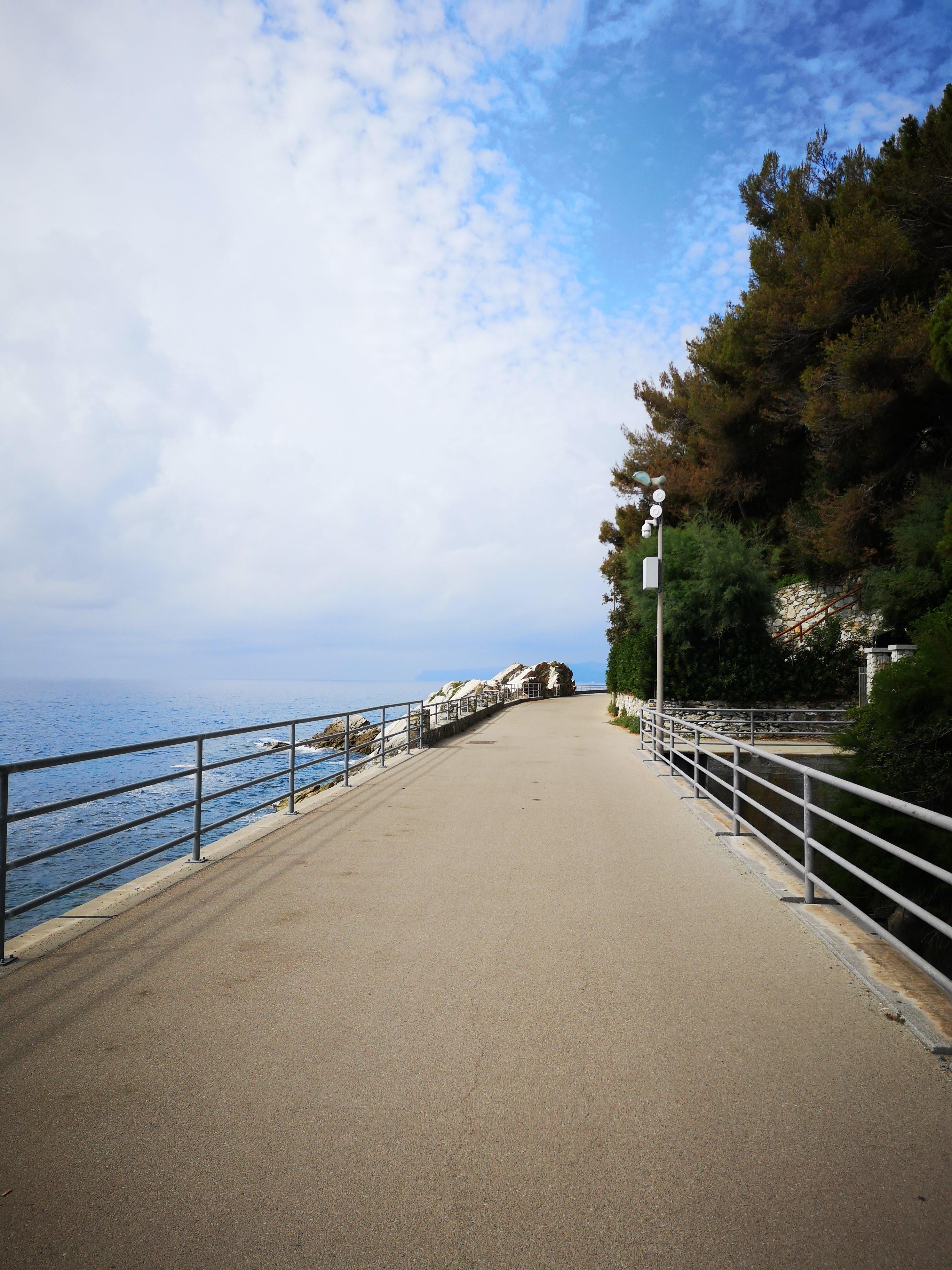 Lungo le ciclabili tra Arenzano e Savona, spesso si viaggia su ponti, trattandosi di una ex ferrovia. Il bello è scoprire cosa c'è sotto ai ponti: un accesso al mare, un piccolo bar, a volte una spiaggetta, un pescatore, ...