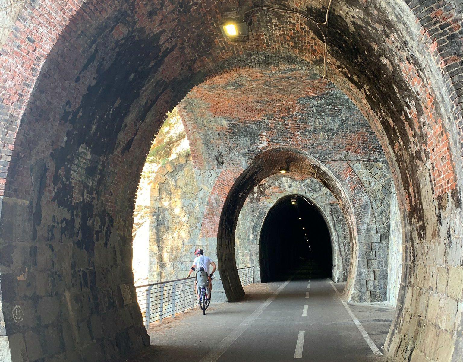 La Ciclopedonabile Maremonti si svolge quasi interamente in vecchie gallerie ferroviarie che viaggiano parallelamente alla costa.